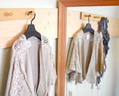 鏡の前で服装に悩む|40代・授業参観の服装、クラスで浮かないために。