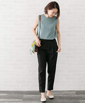黒のテーパードパンツとノースリーブ|授業参観の服装、クラスで浮かないために